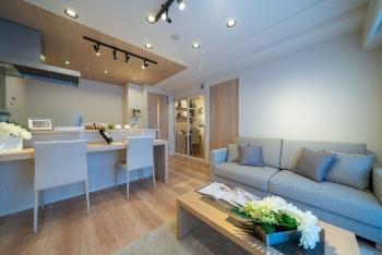 【日神デュオステージ新宿中落合 402号室】ドレッサールーム、ワークスペースを備えた個性的な間取りが魅力